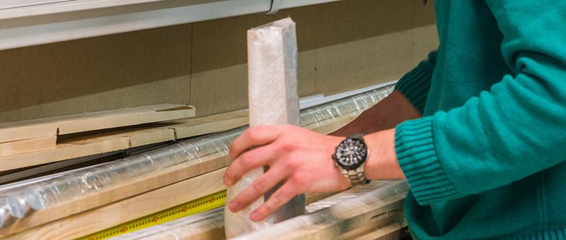 Verzending gordijnrails op houten frames